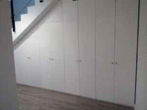 Frente lacado e interior de armario bajo escalera